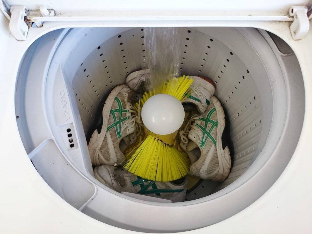 洗濯機で靴を洗う写真素材